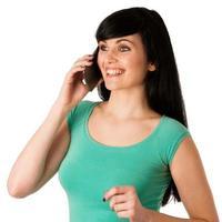 vacker ung kvinna med mobiltelefon foto