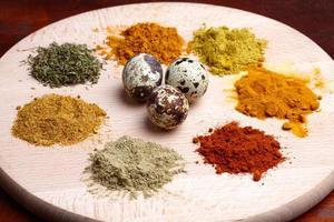 olika kryddor urval på en träplatta foto