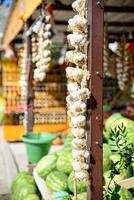 vitlök och chili på marknaden foto