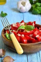 tomatsallad med vitlök och basilika. foto