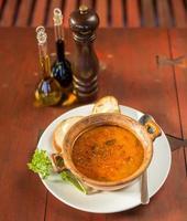fiskesoppa med bröd och vitlök foto