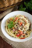 spaghetti med köttfärs, röd paprika, svamp och krämig sås foto