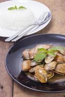 stekt musslor med kryddig sås, thailändsk mat foto