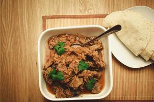 lammköttkorma på träbakgrund foto