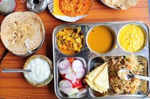 vegetarisk indisk thali foto