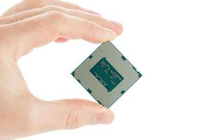 datorns processor i handen isolerad på en vit bakgrund foto