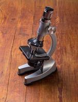 mikroskop på bordet för vintage vetenskap bakgrund foto
