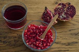 granatäpplekorn och juice foto