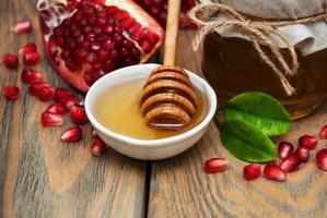 honung med granatäpple foto