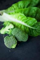 färsk grön cos sallad och broccoli. foto