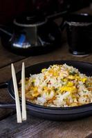 stekt ris med räkor foto
