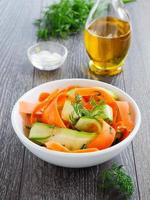 sommarsallad av morötter och gurkor. foto