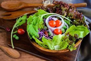 färsk hydroponic sallad på träbord foto