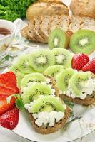 smörgås med vit keso och frukt foto