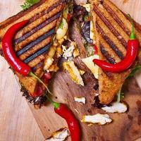 varm och kryddig klubbsmörgås med kyckling foto
