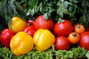 olika grönsaker - paprika, gurkor, tomater och örter foto