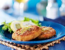 tallrik med två gyllene stekt maryland crabcakes foto