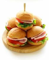 mini hamburgare med skinka och grönsaker - snacks för picknick foto