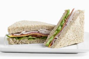 klubbsmörgåsar på en tallrik foto