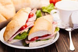 panini smörgås med skinka, ost och tomat foto