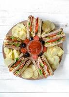 klubbsmörgåsar och potatischips foto