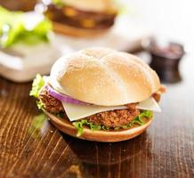 krispig kycklingsmörgås med bacon foto