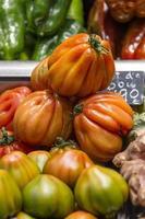 färgglada grönsaker och frukter, marknaden foto