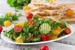 färsk sallad med tomater, gurkor, paprika, ruccola och dill