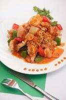 thailändsk mat, söt och sur med friterad fisk. foto