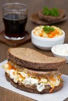 smörgås med coleslaw och bakat kött foto