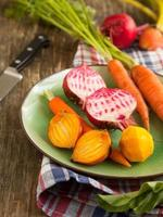 organiska morötter och rödbetor. foto