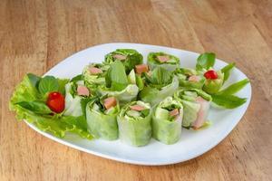 färsk vårrullmat med grönsaker, korv foto