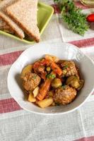 grönsaksgryta med köttbullar och tjock sås foto