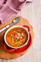 soppa med liten pasta och grönsaker foto