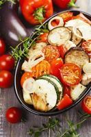 kyckling bakad med grönsaker foto