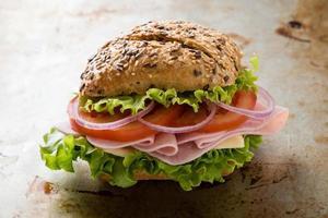 brun bulle skinka smörgås foto