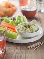 blandade färska grönsaker med dopp foto