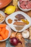 ingredienser för en marockansk maträtt med lamm foto