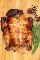 hel rostad kyckling med färska grönsaker foto