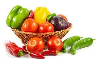 färska grönsaker i korg isolerad på vitt. biogrönsak. co foto