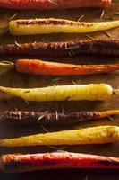 färgglada flerfärgade rostade morötter foto