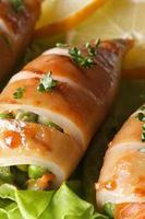 stekt bläckfisk fylld med makro för grönsaker. vertikal foto