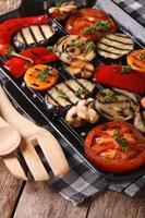 grönsaker: paprika, tomat, lök, i pannegrill. vertikal foto