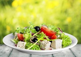 närbild av en platta med färsk hälsosam grekisk sallad foto