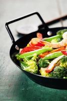 färska grönsaker och räkor på pannan foto