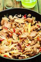 fläsk på kines med grönsaker foto