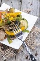 blandade grönsaker med kött foto
