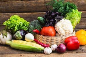 sammansättning med blandade råa organiska grönsaker foto