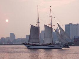 trä segelbåt i en hamn vid solnedgången foto