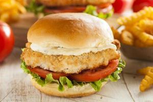 panerad fisksmörgås med tartarsås
